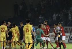 Không phục bàn thắng của Thanh Hoá, thủ môn TP.HCM húc đầu vào mặt trọng tài gây chảy máu
