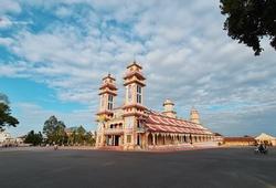 Trải nghiệm trọn vẹn khuôn viên Tòa Thánh Tây Ninh khi chạy BaDen Mountain Marathon