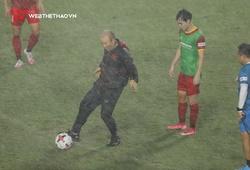 """ĐT Việt Nam miệt mài """"luyện công"""" dưới trời mưa tầm tã"""