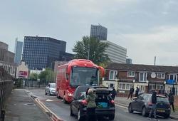 Xe buýt Liverpool bị thủng lốp, bị CĐV M.U chặn đường