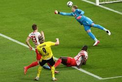 """Xem Haaland """"bắt nạt"""" trung vệ hàng đầu giúp Dortmund đoạt cúp"""