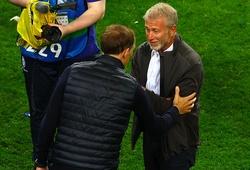 """Ông chủ Chelsea """"thưởng nóng"""" cho HLV Tuchel ngay trên sân"""