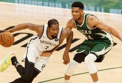 """Kevin Durant rủ Kyrie Irving """"ném gạch"""", Bucks vẫn vã mồ hôi hột"""
