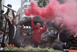 Chùm ảnh fan Anh mở hội ăn mừng sau chiến thắng Séc