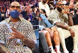 """LeBron James diện outfit """"dị"""" cùng đồng hồ AP cực chất dự khán NBA Finals"""