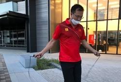 Vừa nhập Làng VĐV Olympic, Hoàng Xuân Vinh tranh thủ tập luyện ngay dưới sảnh