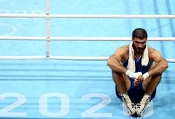 Bị xử thua, võ sỹ phản đối bằng cách ngồi lỳ quyết không rời sàn đấu