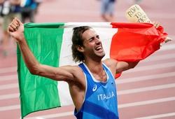 Nhà vô địch nhảy cao Olympic Tokyo ăn mừng với... khuôn bó bột