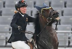 HLV Đức bị đuổi khỏi Olympic vì... đấm ngựa