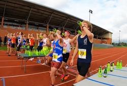 Kỷ lục thế giới chạy 1.600m, uống 4 chai bia dưới 4 phút 30 giây