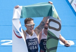 Cựu lính hải quân Mỹ bị mù tại Afghanistan giành HCV triathlon Paralympic lịch sử