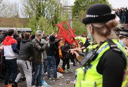 Hình ảnh CĐV đụng độ và nổi loạn ở sân Old Trafford