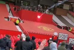 CĐV MU khiến các phóng viên phải che chắn trên sân Old Trafford