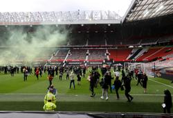 CĐV MU tràn vào sân Old Trafford ngay trước trận gặp Liverpool