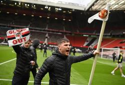 Trận MU vs Liverpool CHÍNH THỨC bị hoãn vì CĐV bao vây sân Old Trafford