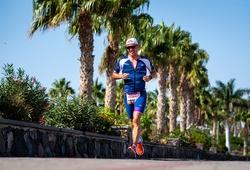 Siêu VĐV triathlon thực hiện liên tục 60 cuộc bơi đạp chạy