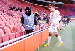 Cầu thủ Roma bị ném bóng và nhận thẻ do câu giờ ở Europa League
