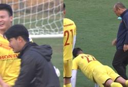 Quang Hải cười tít mắt, Tiến Linh bị HLV Park Hang Seo bắt lỗi