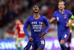 Sterling ăn mừng bàn thắng tưởng nhớ đến bạn thân