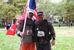 Người đàn ông 55 tuổi đeo 22kg gạch chạy marathon hết 6 giờ