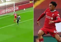 Hậu vệ Liverpool thoát bàn đá phản lưới nhà đáng xấu hổ