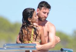 """Vợ chồng Messi gây """"nhức mắt"""" với hình ảnh nóng bỏng trong kỳ nghỉ"""
