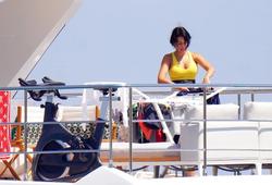 Bạn gái Ronaldo bận rộn với đống quần áo bikini... sau kỳ nghỉ