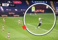 Chelsea tố thủ môn Arsenal chơi bóng bằng tay ngoài vòng cấm có đúng?