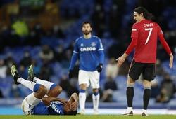Cavani thoát thẻ đỏ trước khi ghi bàn quyết định cho MU