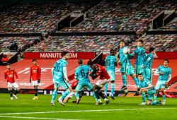 """Tiền vệ Liverpool bị """"tố"""" né tránh cú đá phạt thành bàn của MU"""