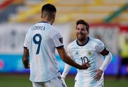 Messi chia sẻ niềm vui với đồng đội sau bàn thắng trước Bolivia