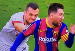 Messi khiến cầu thủ Sevilla bất lực vồ hụt trên sân