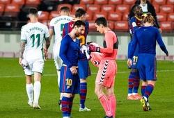 Phản ứng bất ngờ của thủ môn Elche khi Messi đề nghị đổi áo