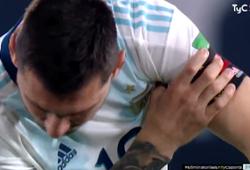Messi khiến CĐV lo lắng với hành động kỳ lạ ở trên sân