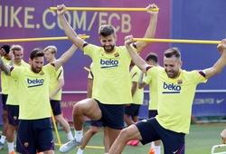 CĐV Barca thở phào thấy Messi trên sân tập với băng bảo vệ