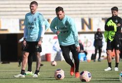"""CĐV Bolivia dùng cách đặc biệt để """"nhìn lén"""" Messi tập luyện"""
