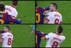 Hành động của Messi trong trận thua Sevilla gây xôn xao