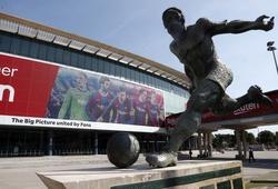 CĐV Barca vẽ tranh Messi và đồng đội ở mặt tiền sân Nou Camp