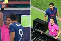 Luis Suarez nhận thẻ vàng vì… lén lút xem màn hình VAR