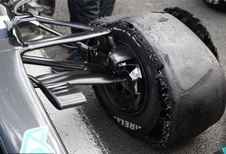 Lewis Hamilton thắng Grand Prix Anh bằng màn trình diễn xe 3 bánh!