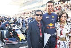 Chủ của đội đua F1 Red Bull trở thành siêu giàu từ một chuyến du lịch