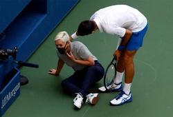 Xem ngay cảnh Djokovic bị loại khỏi US Open 2020 do đánh bóng vào cổ trọng tài biên!