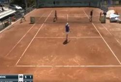 Ghế trọng tài tennis sập suýt đè trúng bé nhặt bóng