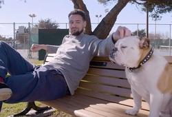 Quá rảnh vì nghỉ dịch nên Klay Thompson đánh cờ với… chó?