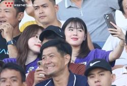 Huỳnh Anh xuất hiện cùng cô bạn xinh như hoa hậu, cổ vũ Quang Hải thi đấu