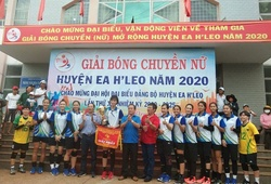 Vừa xong vòng 1 giải bóng chuyền VĐQG, Trần Thị Thanh Thúy đã nâng cúp vô địch