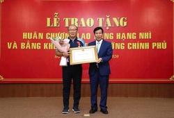 HLV Park Hang Seo xúc động khi nhận Huân chương Lao động