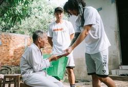 Cảm động hình ảnh Justin Young và Tâm Đinh giúp đỡ người nghèo tại Đồng Tháp