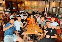 Đình Trọng trấn an NHM, vui vẻ cùng các đồng đội Hà Nội FC