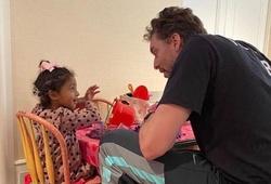 Cảm động hình ảnh Pau Gasol vui đùa cùng con gái Kobe Bryant
